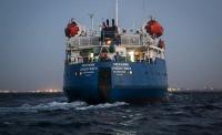 Ливийские захватчики выносят оборудование с российского танкера