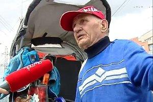 """[""""Это просто издевательство над нами!""""] Красноярский инвалид-пенсионер, сломавший кувалдой бордюр, выдвинул властям ультиматум и объявил сухую голодовку"""