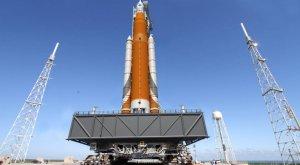 НАСА оценивает возможность первого запуска ракеты-носителя SLS с астронавтами на борту