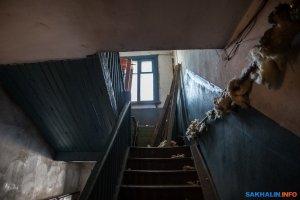 В Южно-Сахалинске окна жильцов барака закрыли баннером с изображением красивой новостройки