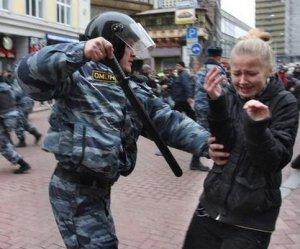 Появилось видео избиения ногами омоновцами протестующего в Москве