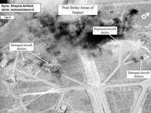 Сирийские военные начали возвращать свои истребители на разбомбленную американцами авиабазу, заявили источники Пентагона
