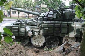 В центре Минска танк врезался в фонарный столб