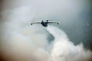 Самолет-амфибия Бе-200 спас пожарных-парашютистов из огненной ловушки на Байкале
