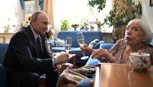Путин лично поздравил правозащитницу Алексееву с юбилеем