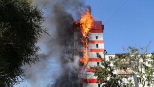 В центре Ростова-на-Дону в четверг днем загорелось десятиэтажное здание гостиницы