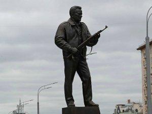 Режим идет на кладбище с оружием в руках