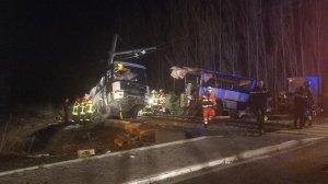 При столкновении автобуса и поезда во Франции погибли дети Погибли как минимум четыре человека.