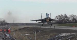 Конвейерная посадка: два Су-30М2 и истребитель-бомбардировщик Су-34 впервые отработали приземление на автодорогу