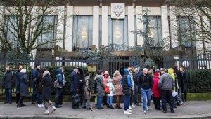 Россияне за границей выстроились в очереди к избирательным участкам