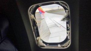 В США двигатель пассажирского самолета взорвался в воздухе: 10 раненых