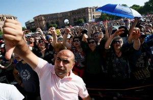 Пашинян объявил кампанию тотального гражданского неповиновения в Армении (Он призвал с утра в среду блокировать аэропорт и железную дорогу, начать всеобщую забастовку)