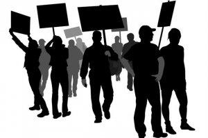 """Устроившие забастовку работники украинского металлургического комбината """"АрселорМиттал Кривой Рог"""" требуют повысить размер заработной платы до €1 тыс. в месяц. Работа предприятия остановлена"""