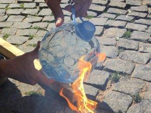 """""""Святой источник"""" огня. Бутылка воды в форме футбольного мяча едва не стала причиной пожара в офисе: когда в окна заглянуло солнце, около бутыли появился заметный дымок, запахло паленым ламинатом"""