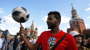 Журналист Washington Post ждал от Москвы серости и мрака, а оказался на празднике футбола