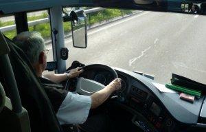 Полицейский из Севастополя на ходу остановил автобус с потерявшим сознание водителем