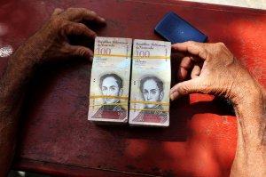 Венесуэла сдалась: в стране разрешили обменивать валюту по черному курсу, в ходе девальвации с новых купюр убрали пять нулей, инфляция за год достигнет миллион процентов, но от дефолта это не спасет
