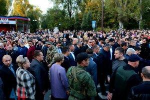 Тысячи людей собрались у мемориала на месте гибели Захарченко в центре Донецка. В театре им. Соловьяненко прошел вечер памяти Иосифа Кобзона и Александра Захарченко