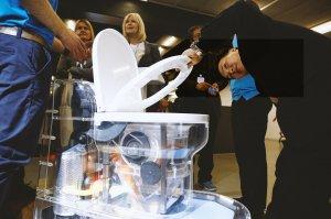 Билл Гейтс вынес на сцену человеческие фекалии в банке. Так он представил проект унитаза, работающего без воды
