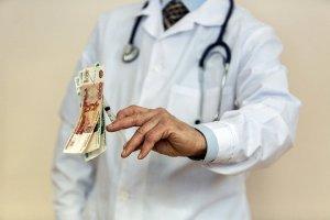 Дневник врача частной клиники: Мы должны не вылечить пациента, а продать ему как можно больше услуг (Терапевт-гастроэнтеролог с 16-летним стажем раскрывает изнанку платной медицины)