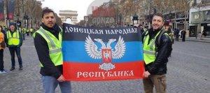 В ходе протестов в Париже развернули флаг ДНР