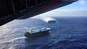 В Тихом океане дрейфует корабль с 3,8 тысячи горящих автомобилей