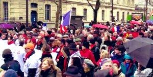 """В Париже """"красные платки"""" вышли против насилия на акциях """"жёлтых жилетов"""""""