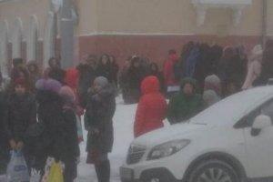 По всей Сибири идет эвакуация людей из школ и больниц из-за сообщений о минировании