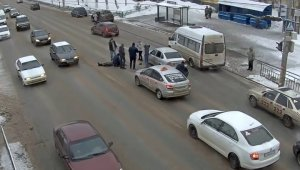 В Сети опубликовано видео с камеры наблюдения, запечатлевшей момент аварии с летальным исходом, произошедшей в минувшую пятницу, 22 февраля, на улице Полежаева в столице Мордовии