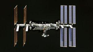 Источник рассказал о запахе спирта на МКС после открытия люка в Dragon-2