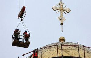 Патриарх Кирилл рассказал, что РПЦ строит три храма в сутки по всему миру. В воскресение предстоятель РПЦ совершил освящение храма Всех Святых в Страсбурге