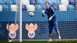 Вратарь сборной РФ по футболу Лунев устроил пьяный скандал в аэропорту