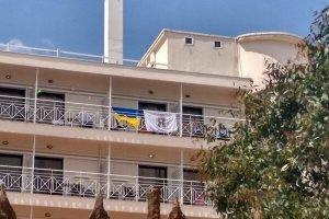Украинцев выгнали из отеля в Греции за вывешенные флаги