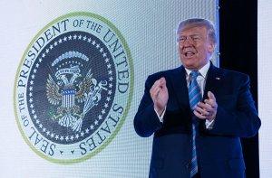 [провокация по американски с украинским душком] Трамп выступил на фоне измененного символа президента США с двуглавым орлом