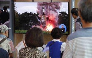 КНДР запустила два неопознанных снаряда в сторону Японского моря