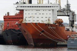 Атомный контейнеровоз везет 15 тысяч тонн стройматериалов на самую северную военную базу