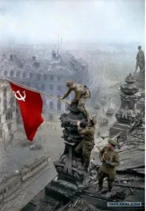 Facebook отправляет в бан за фото со знаменем Победы