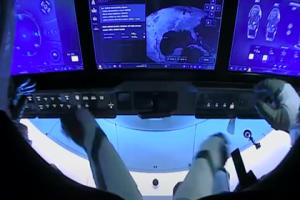 Crew Dragon отстыковался от МКС и взял путь на Землю