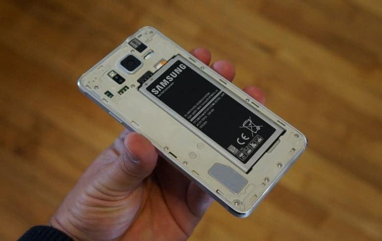 Производителей смартфонов могут заставить вернуть съемные аккумуляторы