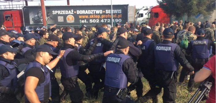 Полиция Украины задержала более ста человек у КПП Краковец