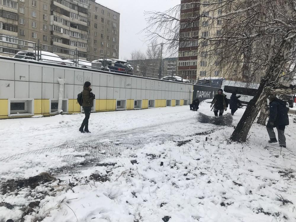 В Челябинске снесли парковку, ради которой были варварски уничтожены берёзовая аллея и газон