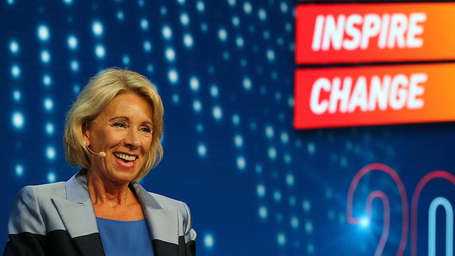 Цена знаний: как политика министра образования США загоняет студентов в долговую яму