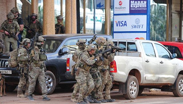 В захваченном боевиками кафе в столице Буркина-Фасо погибли 17 человек