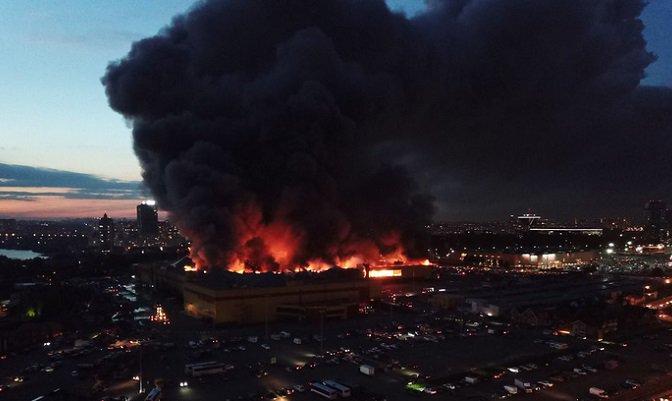 """Пожар в торговом комплексе """"Синдика"""" у МКАД. Площадь возгорания достигла 55 тыс. кв. метров"""