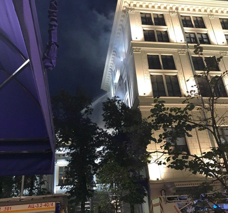 В Москве загорелось здание Центробанка. Пожарным удалось оперативно потушить огонь, в результате инцидента никто не пострадал