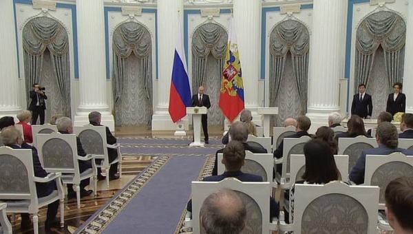 Путин в Кремле вручил пяти россиянам золотые медали Героя Труда