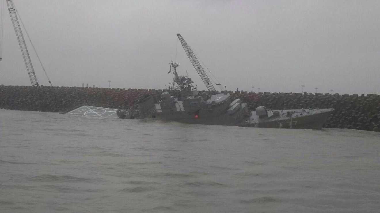Новейший боевой корабль Ирана переломился на две части