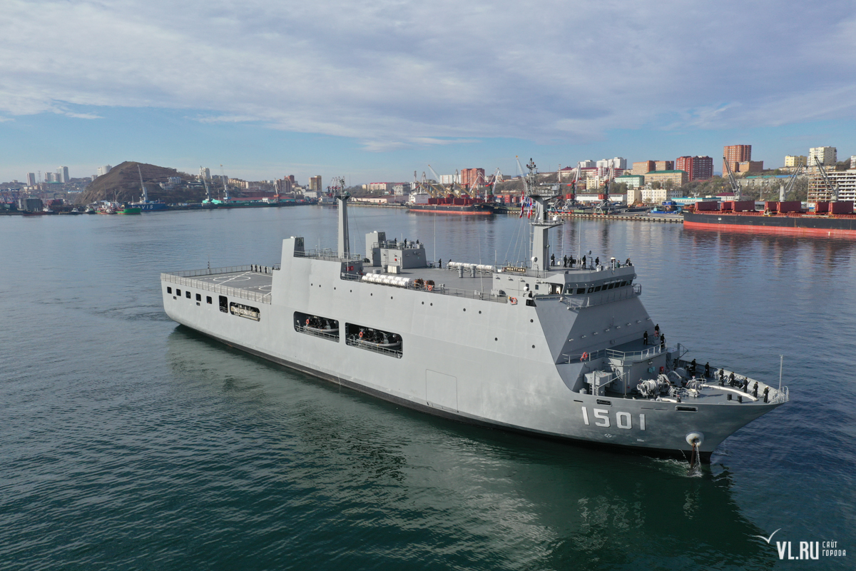 """Корабль-док """"Моаттама"""" ВМС Мьянмы впервые прибыл во Владивосток"""