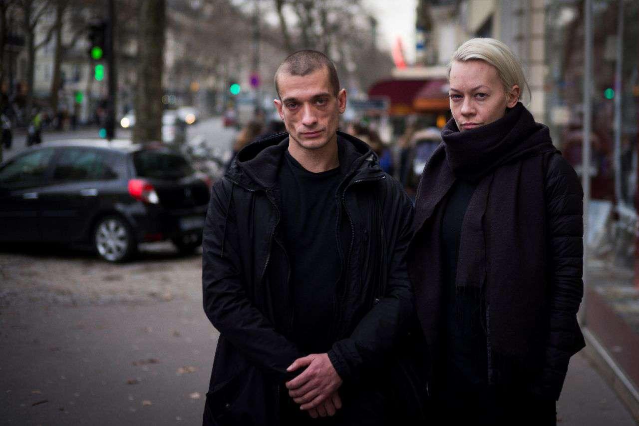 Российский художник-акционист Петр Павленский и его гражданская жена Оксана Шалыгина помещены во Франции под стражу в ожидании суда