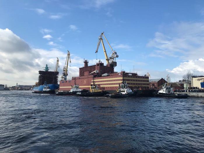 """Единственный в мире плавучий энергоблок (ПЭБ) """"Академик Ломоносов"""" уходит в плавание"""